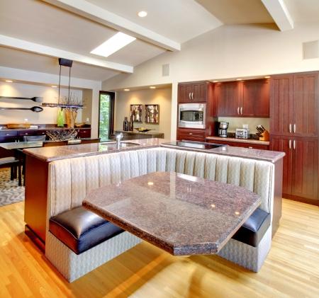 красное дерево: Роскошные красного дерева Кухня с современной нестандартной конструкции мебели. Фото со стока