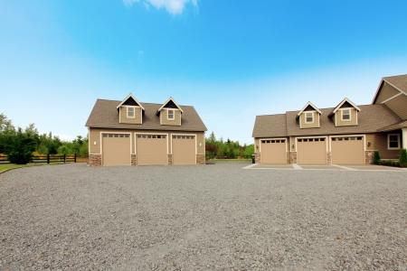 Huis met enorme zes auto bevestigd en losgemaakt gardage.