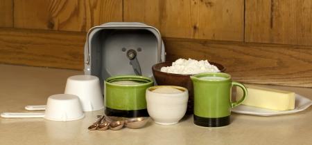 haciendo pan: Bread hacer pan y los ingredientes para la cocción de la máquina en casa,