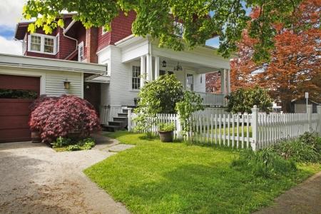artesano: Artesano clásico americano antiguo casa grande exterior en rojo y blanco durante la primavera. Foto de archivo
