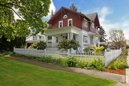 봄 동안 빨간색과 흰색 클래식 큰 장인 오래 된 미국 집 외관.