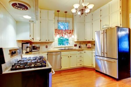 cocina antigua: Cocina blanca grande en una antigua casa americana con piso de madera. Foto de archivo
