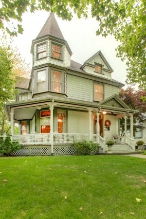 artesano: Hermosa casa hist�rica americana gris exterior. con Northwest porche y torres.