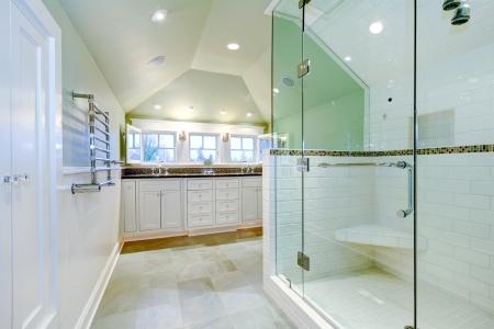 puertas de madera: Blanco mueble de ba�o de lujo con dos lavabos, techo abovedado y ducha incre�ble.