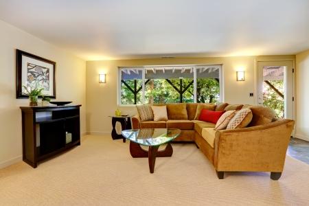 sala de estar: Vivir dise�o interior de estar con sof� grande, ventana y alfombras. Foto de archivo