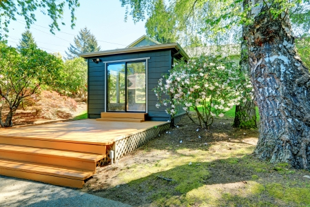 창틀이있는 별도의 방에 작은 정원 스튜디오.