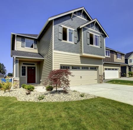 or blanc: Américain typique midclass nouveau développement extérieur de la maison.