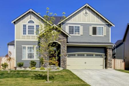 典型的なアメリカ midclass 新開発の家外観。