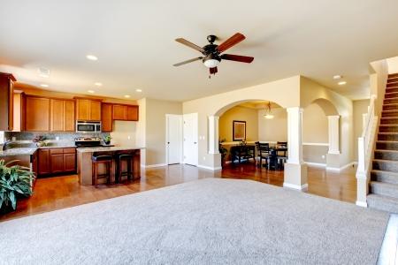 clean home: Nieuwe huis keuken interieur en een grote lege woonkamer Stockfoto