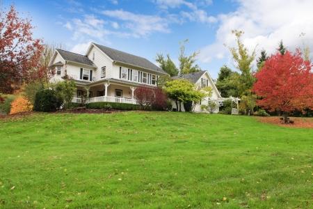 가을 변경 잎과 흰색 울타리와 노스 웨스트의 말 목장 하얀 집.