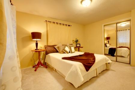 Gele Muur Slaapkamer : Lichte slaapkamer met gesneden houten meubilair gezien de hoge
