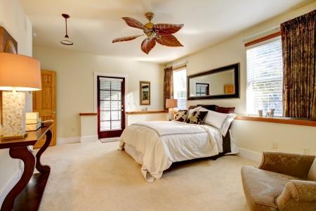 lussureggiante: Lussureggiante luminosa camera da letto con un contrasto marrone mobili di legno scuro Archivio Fotografico