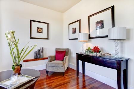 Geweldige combinatie van lichte toon muren, whisky hardhouten vloer en zwarte berging tafel woonkamer design Stockfoto