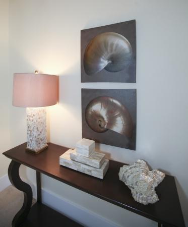 장식 요소와 거실 장식 어두운 갈색 나무 테이블