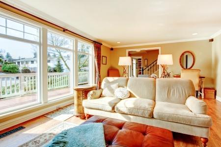 colores calidos: Colores cálidos luminoso salón con muebles rústicos y de piso a ceilign ventanas Foto de archivo