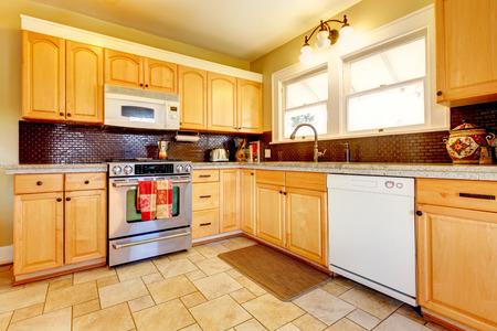 Gelbe Küche Mit Holz Schränke Und Dunkelbraun Backsplash Design,  Fliesenboden Und Kleinen Teppich Standard