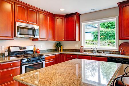 Lichte tinten keuken kamer met kersenhouten kasten, marmeren ...
