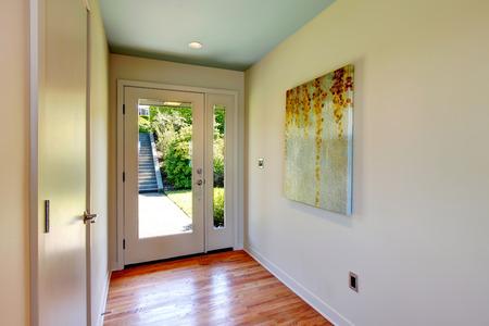Kleiner Flur mit Parkettboden und Glastür, mit Wandbild dekoriert Standard-Bild