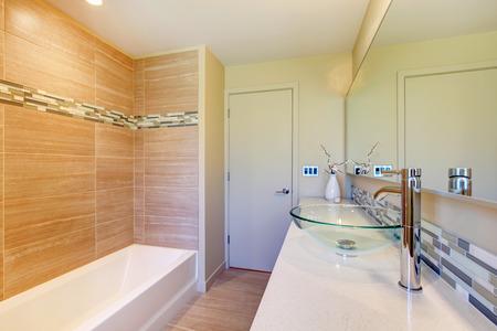 vessel sink: tonos claros ba�o con pared de color beige dise�ado, fregadero recipiente de vidrio y un florero decorativo flor