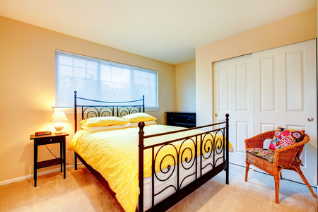 Camera da letto con cabina armadio e mobili rustici.