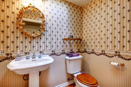 etagere murale: Old fashioned salle de bains de style avec du papier peint, miroir d'or d�cor�e et �tag�re murale
