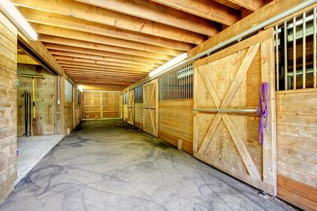 Houten interieur van de paardenstal