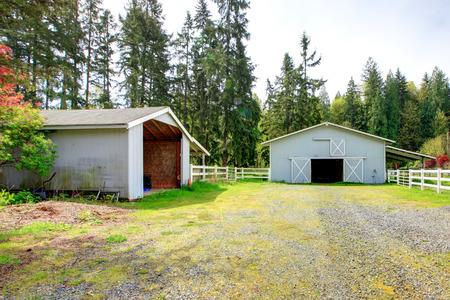 Land paard boerderij met houten omheining en stallen Stockfoto