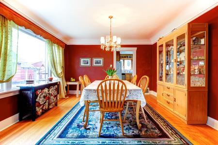 holzboden: Red Esszimmer mit Parkett und Teppich. M�bliert mit rustikalen Holztisch, alten Stil Glast�rschrank und schwarzen Schrank