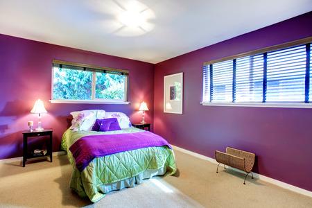 Elegantes Schlafzimmer Mit Beigen Teppichboden Und Helle Kontrastfarbe Lila  Wänden. Grün Und Lila Bettwäsche Harmonieren