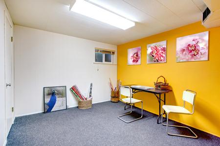 yellow  art: Blanco y amarillo sala de arte sin ventana. Alfombra azul Foto de archivo