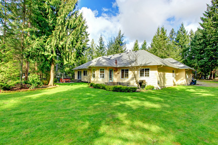 1 話サイディング住宅緑の芝生。 裏庭からの眺め。 写真素材