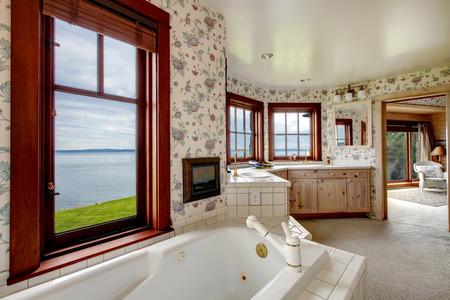 Floral Wande Badezimmer Mit Franzosisch Fenster Fliesen Und