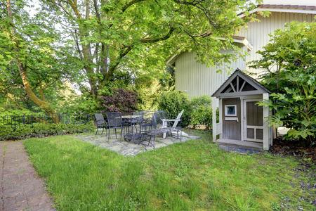 裏庭ビュー古い木の小屋やアンティーク アイアン テーブル セット