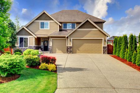 Beige luxe huis tih stenen bekleding Base van veranda, garage en oprit