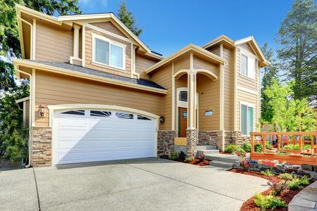 casa blanca: Lujo casa grande con garaje y entrada alta columna del porche.