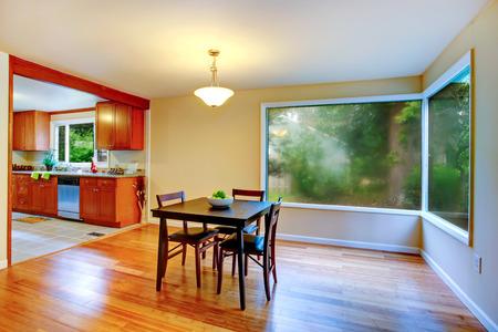 holzboden: Ansicht der Essbereich mit Holzboden und unverh�ngten Fenster