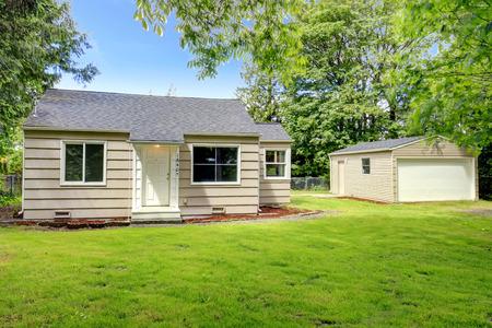 Kleine oude duig gevelbeplating huis met garage
