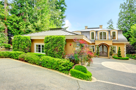 Luxury house with beautiful curb appeal. View of three car garage and driveway Stock Photo - 27534837