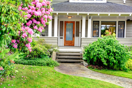 주택의 외관입니다. 계단과 산책로 입구 열 현관의 전망.