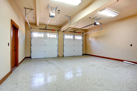 Lege garage met roldeur Gezicht op horizontale rails