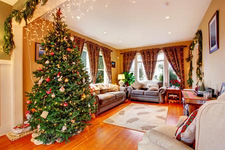 adornos navidad: Interior Acogedora casa en la v�spera de Navidad Vista de la sala de estar con el �rbol de Navidad Foto de archivo
