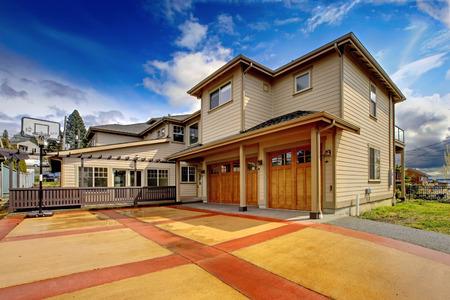 オレンジと赤の私道で大きい新しいの贅沢な家の外面 写真素材