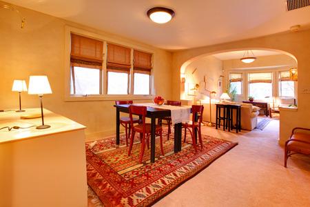 #28401860   Geräumiges Esszimmer Mit Tisch Set Und Blick Auf Wohnzimmer