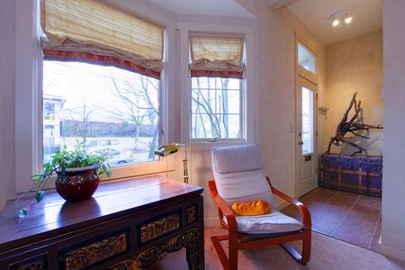 Esquina salón amueblado con escritorio y silla mecedora Foto de archivo - 28401871
