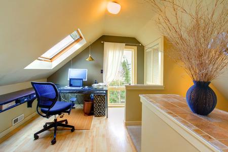 trabajando en casa: Sala de oficina Velux con silla de hidromasaje Foto de archivo