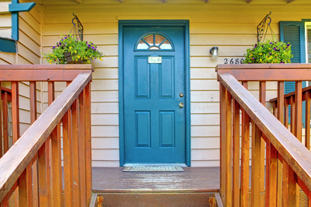 난간과 블루 문, 계단과 입구 현관