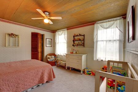 juguetes antiguos: Viejo interior de la casa de moda con paredes de papel de empapelar, tablón de madera artesonado y gabinete de antigüedades. Habitación llena de juguetes Foto de archivo