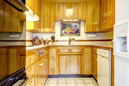 black appliances: Camera cucina lucido con combinazione di stoccaggio miele La camera dispone di elettrodomestici bianchi e neri Archivio Fotografico