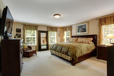 chambre � � coucher: Int�rieur chambre confortable avec de la moquette et un ensemble de meubles en bois. Chambre aux couleurs d'oliviers oliviers