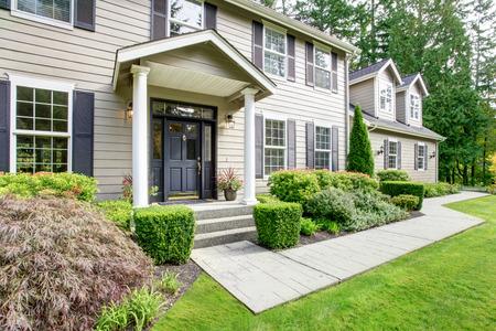 casa blanca: Gran casa cl�sica americana con porche de columna y de la pasarela